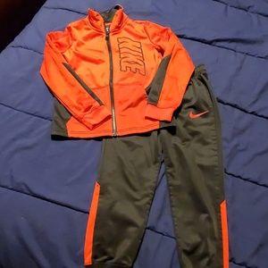 Nike 2 piece jogging suit size 6 EUC